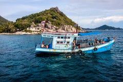 Fartyg med dykare på Ko Tao Arkivfoton