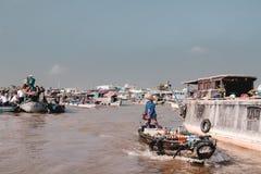 Fartyg med försäljare i Canet Tho som svävar marknader på floden Mekong royaltyfria bilder