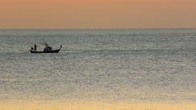Fartyg med fishemen på solnedgången arkivfilmer