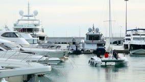 Fartyg med folk som seglar i fjärden i havsporten i det Sochi centret lager videofilmer