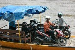 Fartyg med fulla passagerare som korsar Bengawanet Solo River arkivfoto