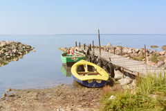 Fartyg med pir och havet Royaltyfria Foton