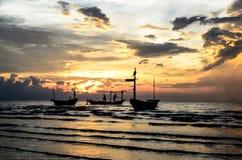 Fartyg med solnedgång Arkivbild