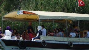 Fartyg med taket som svävar på floden i Dalyan Turkiet på en sommardag lager videofilmer
