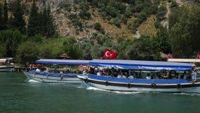 Fartyg med taket som svävar på floden i Dalyan Turkiet på en sommardag stock video