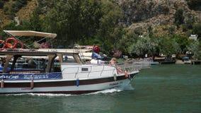 Fartyg med taket som svävar på floden i Dalyan Turkiet på en sommardag arkivfilmer