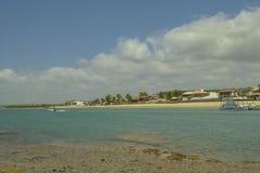 Fartyg med turister på stranden av Barra de São Miguel royaltyfria bilder