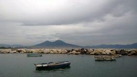 Fartyg med Vesuvius i bakgrunden Fotografering för Bildbyråer