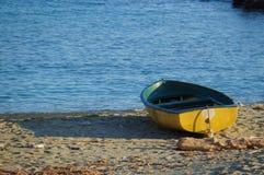 Fartyg moreed på stranden på solnedgången royaltyfria bilder