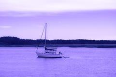 fartyg Motoriskt fartyg i en flod på en violett himmel och reflexion till floden royaltyfria foton