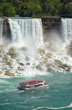 Fartyg mycket med turist- segling längs Niagara Falls Arkivbilder