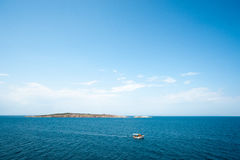 Fartyg nära ön i Blacket Sea Royaltyfri Fotografi