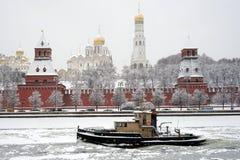 Fartyg nära Kreml Royaltyfri Fotografi