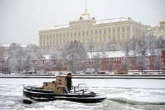 Fartyg nära Kreml Royaltyfri Foto