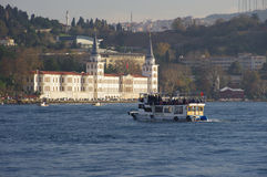 Fartyg nära Kuleli den militära högstadiet, Istanbul Royaltyfria Foton