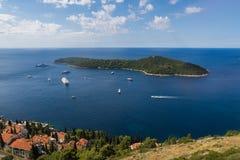 Fartyg och öar i dalmationkusten royaltyfria bilder