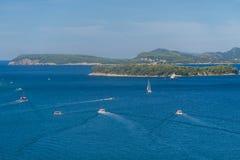 Fartyg och öar i dalmationkusten royaltyfri foto