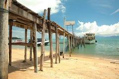 Fartyg och bro Arkivfoto