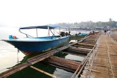 Fartyg och bro fotografering för bildbyråer