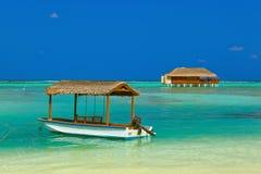 Fartyg och bungalow på den Maldiverna ön Fotografering för Bildbyråer