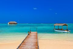 Fartyg och bungalow på den Maldiverna ön Arkivbilder