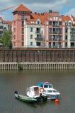 Fartyg och byggnad på den Warta floden i Poznan, Polen Royaltyfri Foto