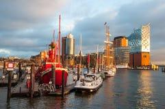 Fartyg och byggnader i port av Hamburg Royaltyfri Bild