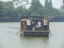 Fartyg och dimma i Kina royaltyfri foto