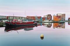 Fartyg och färgrika byggnader på vatten på soluppgång Royaltyfria Foton