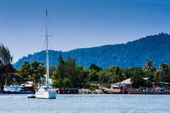 Fartyg och fiskare by fotografering för bildbyråer