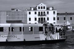 Fartyg och gamla byggnader i Venedig, Italien fotografering för bildbyråer