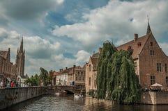 Fartyg och gamla byggnader på kanal`en s kantar på Bruges Arkivfoton