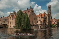 Fartyg och gamla byggnader på kanal`en s kantar på Bruges Arkivbilder
