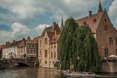Fartyg och gamla byggnader på kanal`en s kantar på Bruges Royaltyfria Foton