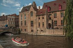 Fartyg och gamla byggnader på kanal`en s kantar på Bruges Royaltyfria Bilder