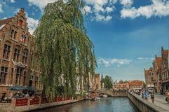 Fartyg och gamla byggnader på kanal`en s kantar på Bruges Royaltyfri Fotografi