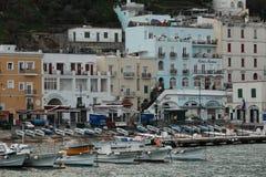 Fartyg och hus i havsport Royaltyfri Foto