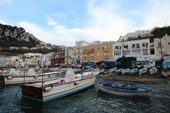 Fartyg och hus i havsport Royaltyfri Bild