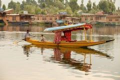 Fartyg och indierfolk i Dal sjön Srinagar Jammu and Kashmir stat, Indien Fotografering för Bildbyråer