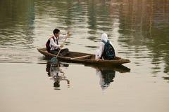 Fartyg och indierfolk i Dal sjön Srinagar Jammu and Kashmir stat, Indien Royaltyfri Fotografi
