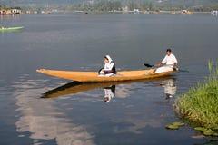 Fartyg och indierfolk i Dal sjön Srinagar Jammu and Kashmir stat, Indien Arkivbild