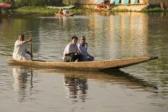Fartyg och indierfolk i Dal sjön Srinagar Jammu and Kashmir stat, Indien Royaltyfria Bilder
