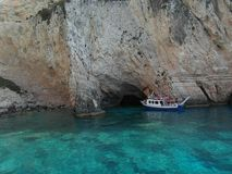 Fartyg och klippa i den Zakynthos ön Grekland Arkivfoton