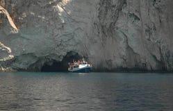 Fartyg och klippa i den Zakynthos ön Grekland Royaltyfri Bild