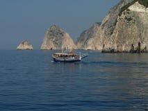 Fartyg och klippa i den Zakynthos ön Grekland Arkivfoto