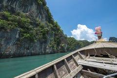 Fartyg och klippa på det Andaman havet, Krabi, Thailand royaltyfri foto