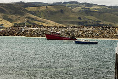 Fartyg och kullar Arkivfoto