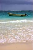 Fartyg och kustlinje för motoriskt fartyg i Mexiko Playa del Carmen Royaltyfri Fotografi