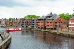 Fartyg och lägenheter längs floden, York, England, UK Royaltyfri Bild