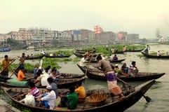 Fartyg och liv i Dhaka royaltyfria bilder